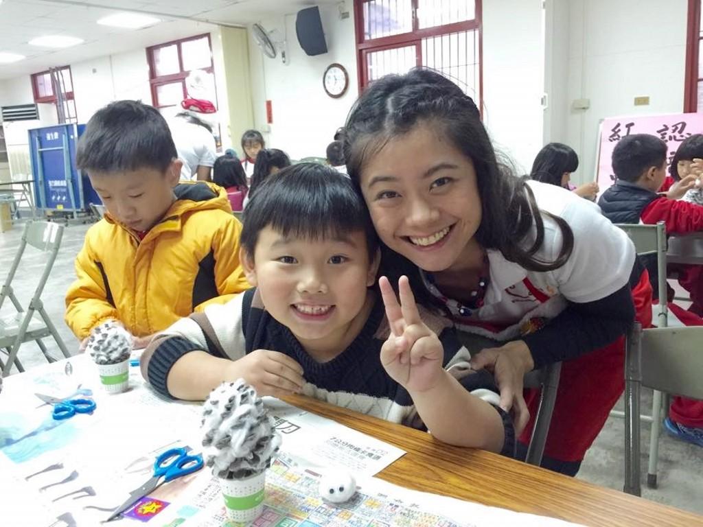 凱斯教育機構偏鄉服務團隊於2015年12月15日前往位於新竹新埔鎮的清水國小,進行耶誕松果娃娃的製作。這次的成員由總部的Macer老師與建國的謝老師帶領總部的Qoo老師、Sofia老師與凱幼的Tiffany老師一起進行<耶誕松果雪人製作>的課程。每位老師先簡短的自我介紹,讓孩子們知道我們從哪裡來、今天要來做什麼。Tiffany老師先用Let'¬;s clap hands for Santa Claus的英文歌曲,歌舞律動的暖身後,Qoo用精彩的PPT來和孩子們介紹松樹與松果,再